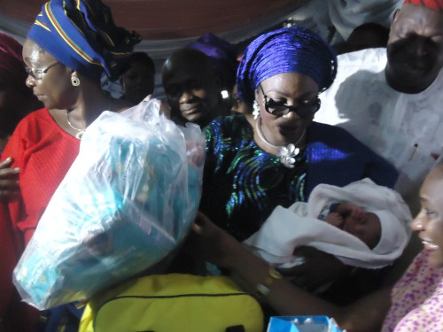 first-lady-of-lagos-state-mrs-bolanle-akande-presenting-pampers-to-mrs-aderonke-akande-during-her-visit-to-island-maternity-to-celebrate-the-first-baby